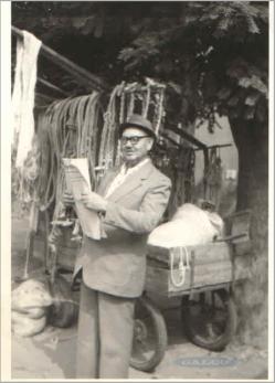 Kép: Gál Ferenc újsággal